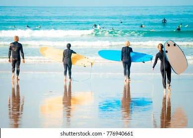 Surf beginners going to surf