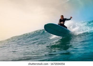 Surfista oleaje en la isla de fuerteventura