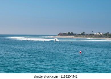 Surfers en la playa de Malibu, California