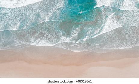 Surfing Aérien, Plage en vue aérienne sur drone avec les vagues de l'océan atteignant le rivage, vue de dessus photo aérienne de drone volant d'un paysage marin incroyablement beau.