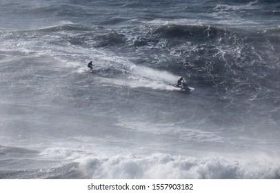 """Surfen Sie Big Waves in """"Praia Norte"""", Nazare, Portugal."""