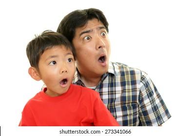 Überraschendes asiatisches Kind mit Vater