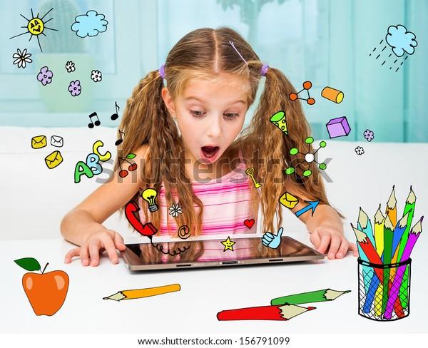 Niña sorprendida y su tablet mágica