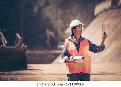 Berater Bauingenieur Techniker Business Team suchen nach Entwürfen in Baustellen durch unscharfe auf Straßenbaustellen. Verkehrsentwicklungskonzept