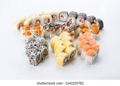 Ensemble de sushis et composition sur fond blanc. Restaurant japonais, plateau de sushi maki gunkan ou plateau.