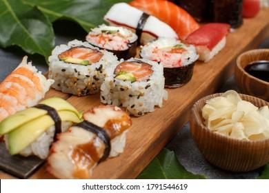 Sushi Set Nigiri und Sushi-Rollen auf einem Holzfach, Nahaufnahme