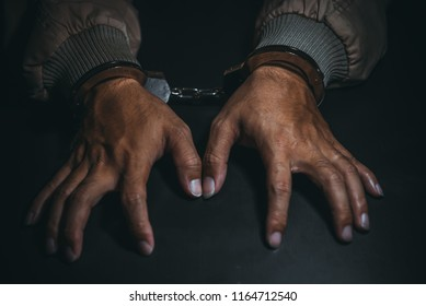 The suspect was arrested at the investigation, interview to find out the truth, the thief was caught by the police come to the dark room,Thailand people