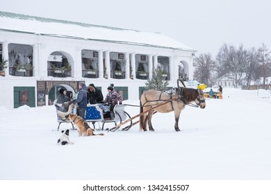 SUZDAL, VLADIMIR REGION/RUSSIA - FEBRUARY 13, 2019: SUZDAL, VLADIMIR REGION / RUSSIA - FEBRUARY 13, 2019: Preparing tourists for riding in a horse sleigh in winter