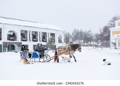 SUZDAL, VLADIMIR REGION/RUSSIA - FEBRUARY 13, 2019: Riding in horse sleigh in the winter day