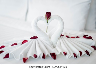 Swan towel symbol of love. Located on the double for couples and a warm atmosphere, with Valentine's Day Wedding Valentine's Day!