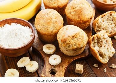 De jolis muffins de banane sur une table en bois