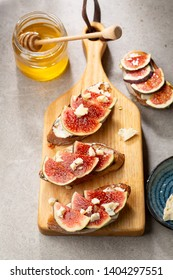 Sweet bruschetta with chese and fruits