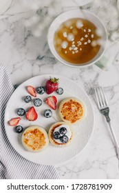 sweet pancakes with strawberries and blueberries