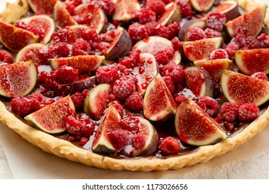 Sweet tart with figs and raspberry