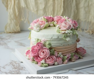 sweet white buttercream round cake whit roses flower