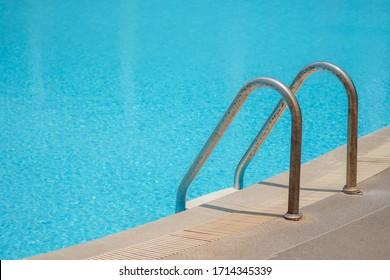 Swimmingpool mit Poolleiter