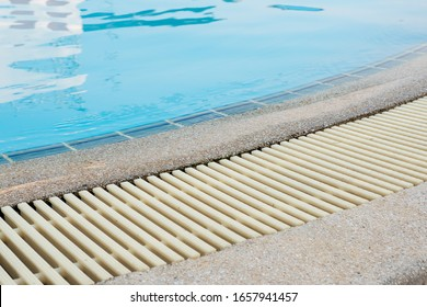 Swimming Pool Overflow Drainage Grating, clear blue pool water. Grating is made of plastic material, resistant to heat and shock, non-slip, not dirty when used for a long time.