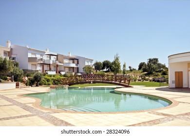 Swimmingpool and houses