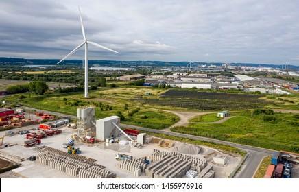 SWINDON, UK - 16. JULI 2019:  Blick auf Avonmouth mit Industrieanlagen und Windturbinen.