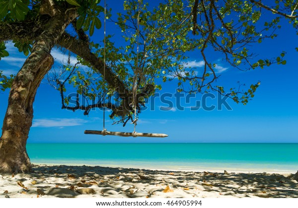 Schauen Sie am tropischen Strand von Khao Lak in Thailand