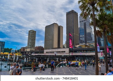 Sydney, Australie - 3rd of November 2017. Tourist/local walking next to the famous circular quay station with view of city scape skyline of Sydney and CBD on a warm summer day with clear blue skies.