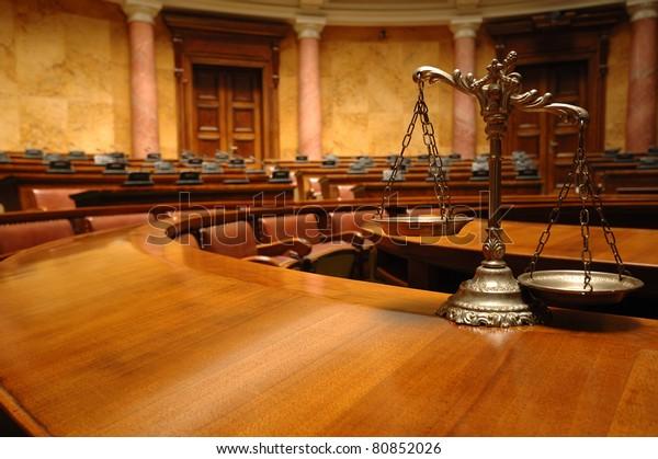 Symbol des Rechts und der Gerechtigkeit im leeren Raum, Recht und Recht.