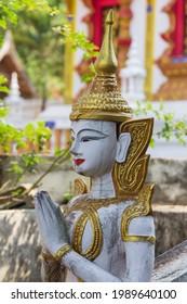 Symbolische Engelstatue in einem thailändischen Tempel
