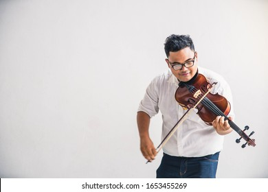 Symphonieorchester auf weißem Hintergrund, Hände spielen Geige. Männlicher Geiger, der klassische Musik auf Violine spielt. Talentierte Violinisten und klassische Musik-Player-Solo-Performance.