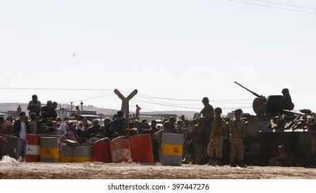 Syrian refugees who escaped from Kobane walking on Turkey-Syria border in Suruc. Sanliurfa, Turkey, 15 May 2014