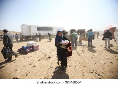 Syrian refugees who escaped from Kobane walking on Turkey-Syria border in Suruc. Sanliurfa, Turkey, 19 May 2014