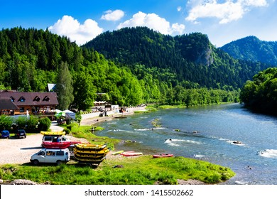 SZCZAWNICA, POLAND - JUNE 2, 2019: Dunajec river in Szczawnica, Poland. Rafting in a traditional wooden boat is a popular tourist attraction in Pieniny National Park - Obraz