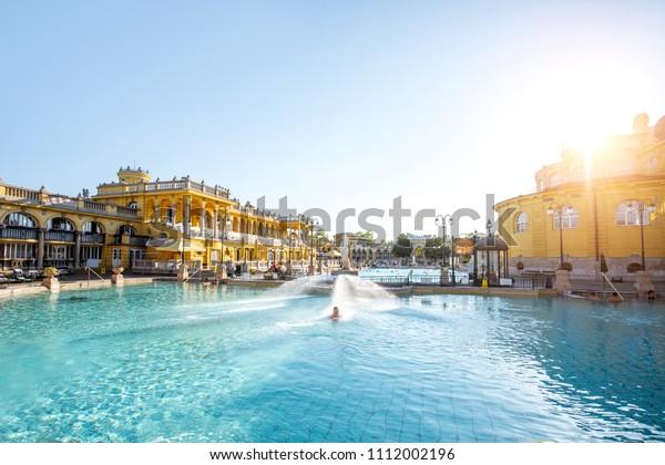 ハンガリー・ブダペストに住む人のいない朝の明かりの間、セチェンイの露天風呂