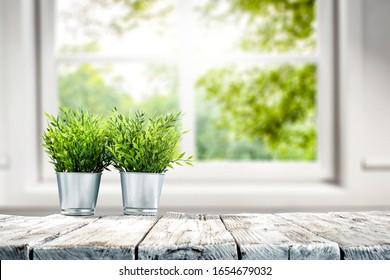 Tischhintergrund für freien Raum und unscharfer Innenhof mit Fenster