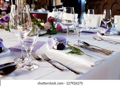 Tischmittelstück. Hochzeitstischdekoration bei Hochzeit. das Festival und die Tischdekoration wurden von einem Catering-Service, der von der Persönlichkeit des Palastes bestellt wurde, errichtet.