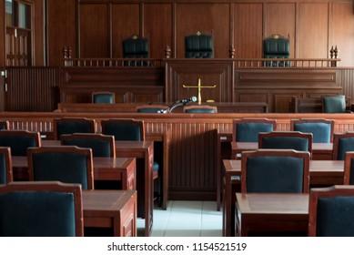 Tisch und Vorsitz im Gerichtssaal der Justiz.