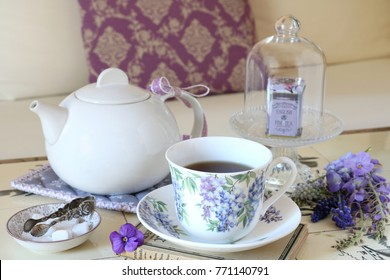 table decoration in white and violet