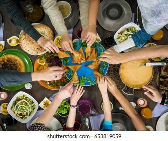 Tabel van genieten van eten met familie en vrienden bovenaanzicht