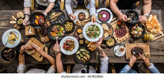 pöytä ruoan kanssa, ylhäältä katsottuna