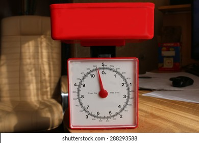 Table scales with a dial