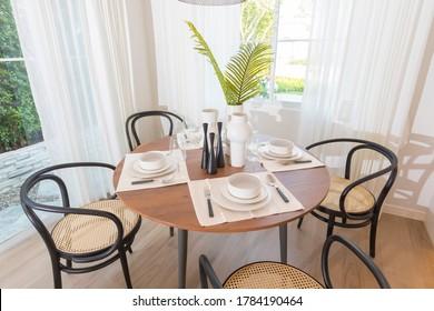 Tisch auf einem runden Tisch, der im Inneren des Esszimmers serviert wird.