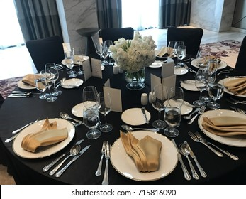Table setup in black and gold