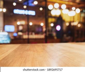 Tischdecke mit unscharfem Restaurant-Café Räume Hintergrund