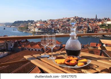 Tisch mit Blick auf den Fluss in Porto, Portugal.