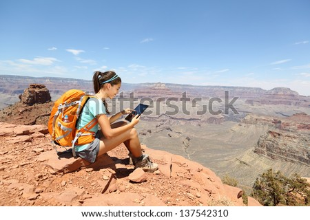 Tablet Computer Woman Hiking Grand Canyon Stockfoto (Jetzt ...