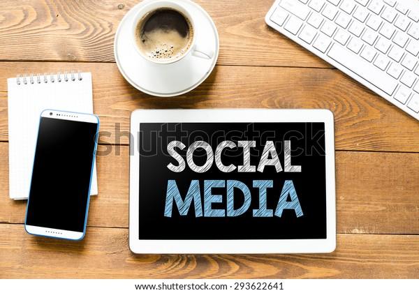 Tablette mit sozialen Medien und Kaffee