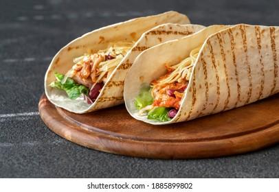 Tacos, le plat traditionnel mexicain sur planche de bois