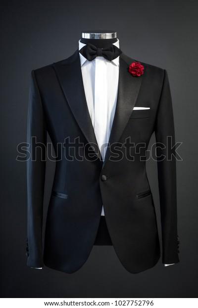Räätälöity puku, smokki eristetty mustalla taustalla mannekiini