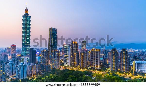 Taiwan City Skyline bei Dämmerung , Der schöne Sonnenuntergang von Taipei, Luftbild Taiwan City Skyline und Wolkenkratzer.