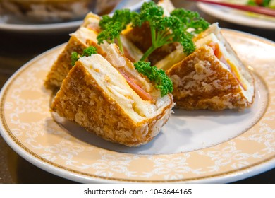 Taiwan's famous seafood restaurant, lobster sandwiches, is the restaurant's special menu, lobster and bread crispy sandwiches,