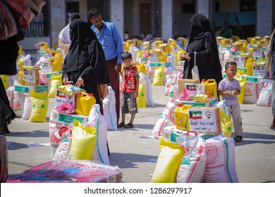 """Taiz / Yemen - Dec 20 2018: Distribute relief to those affected and displaced by the war in Yemen"""